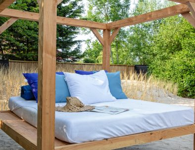 Lounge bed in the garden of the holiday accommodation